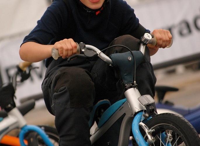 Jazda rowerkiem maly chlopczyk