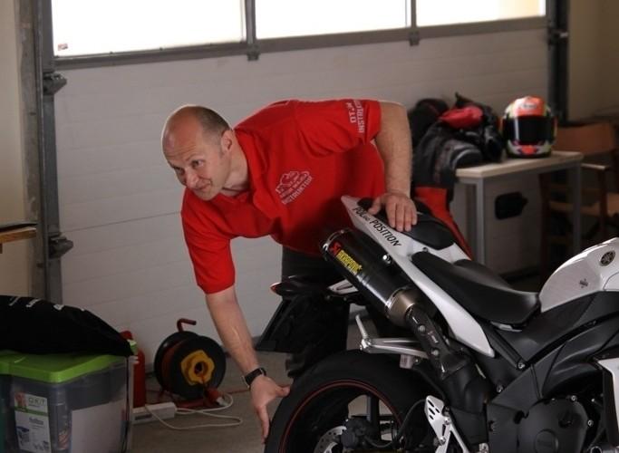Dzien motocyklisty przygotowanie motocykla