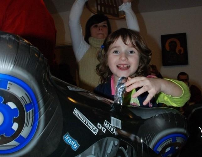 dziewczynka z balonikiem w ksztalcie motocykla