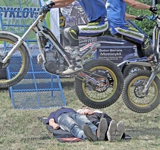 Motocyklowa Niedziela na BP wroclaw skakanie nad ludzmi