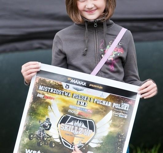dziewczynka z plakatem