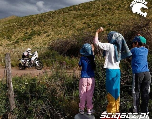 Dakar 2011 dzieci pozdrawiaja motocykliste