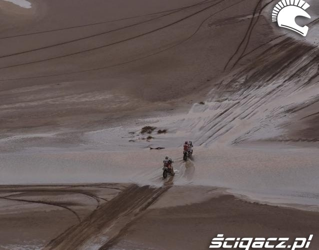Dakar 2011 motocyklisci jada po blocie etap 12