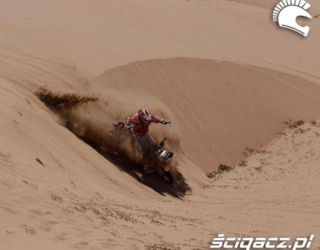 Dakar 2011 motocyklista tuz przed upadkiem