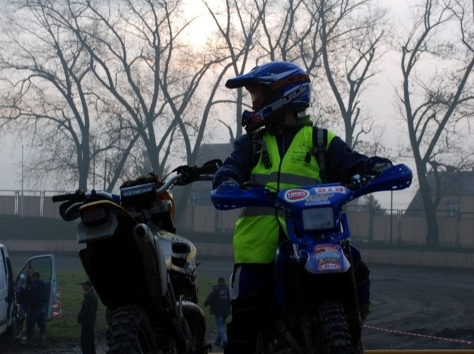 motocyklistka enduro wschod slonca