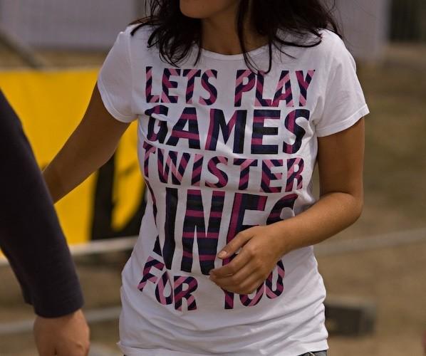 dziewczyna napis na koszulce