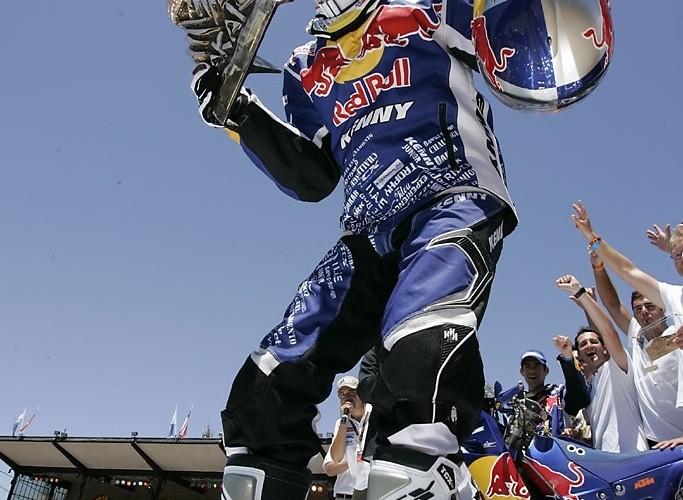 Cyril Despres szczesliwy ze zwyciestwa w Rajdzie Dakar 2010
