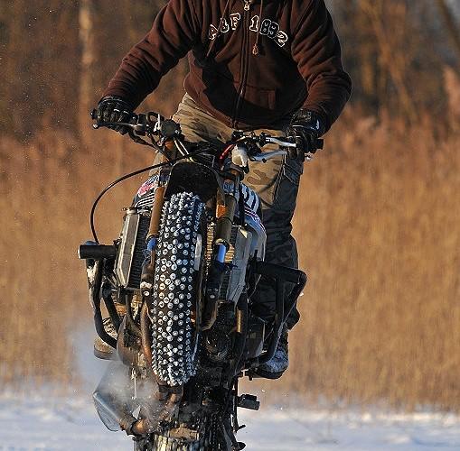 Cygan stunt na lodzie