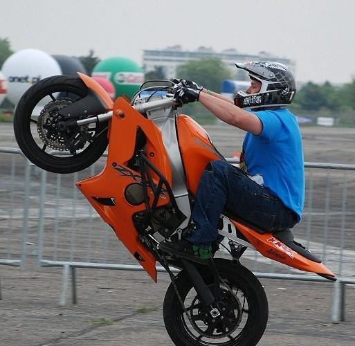 Beku wheelie stunty na lotnisku