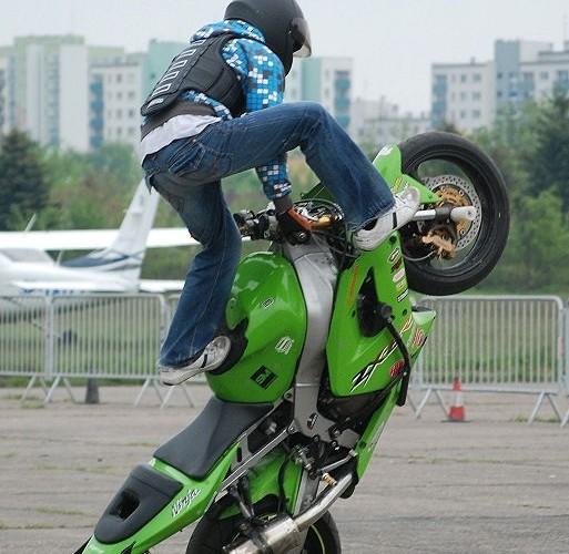 Czesio w akcji stunty na lotnisku