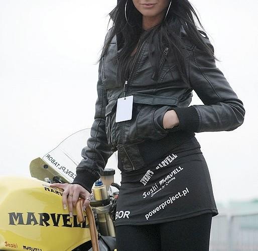 Dziewczyna i motocykl cwierc mili