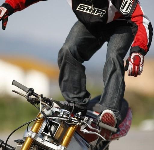 Kierowanie noga na motocyklu