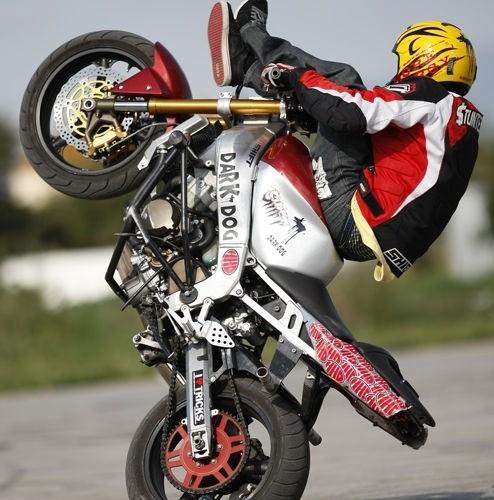 Motocyklowy stunt trening Hiszpania