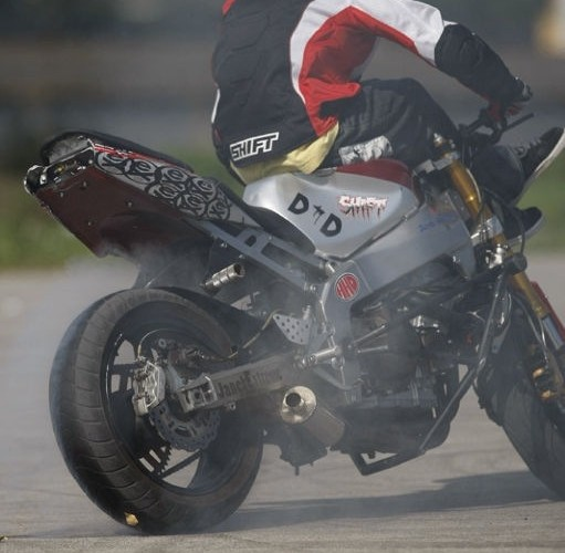 Palenie gumy w motocyklu Stunter13