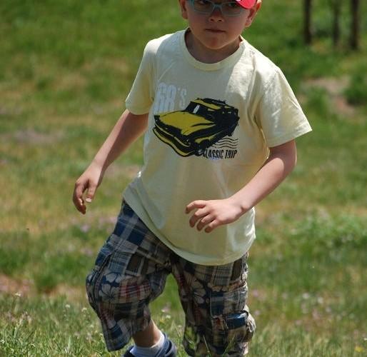 Dziecko biegajace po trawie