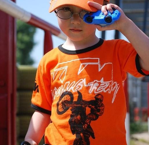 Dziecko w koszulce KTM
