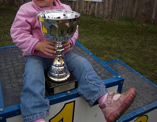 dziecko na podium puchar trial