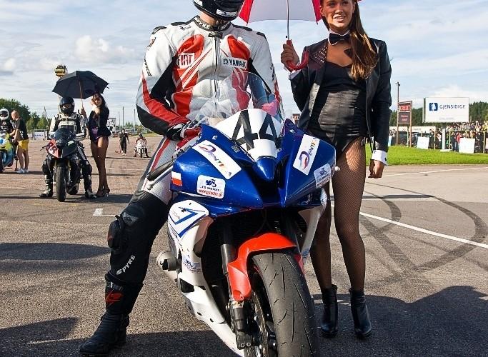 procedura startowa do wyscigu superstock superbike Tomasz Ciszewski z kroliczkiem