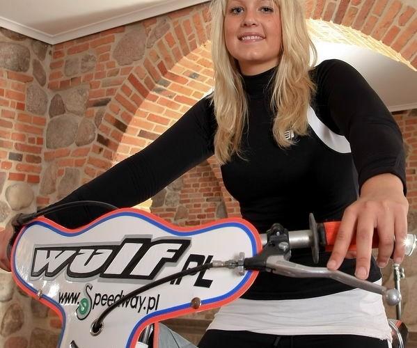 dziewczyna wulfa na zuzlowym motocyklu