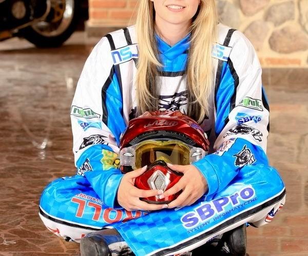 dziewczyna zuzla z motocyklem w tle