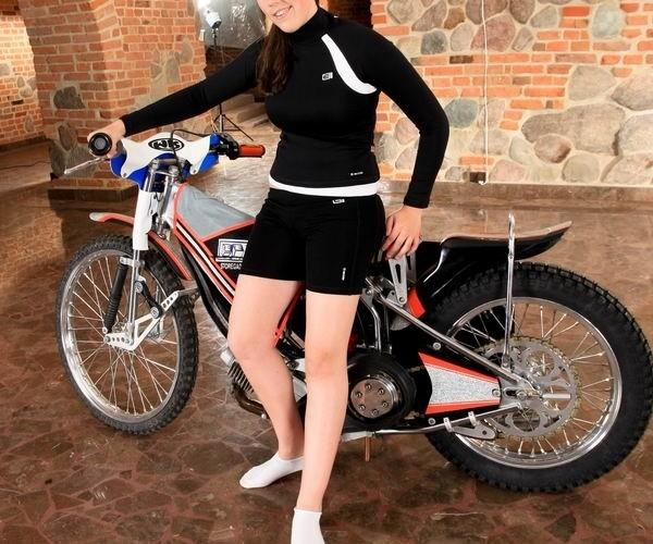 laska i zuzlowy motocykl