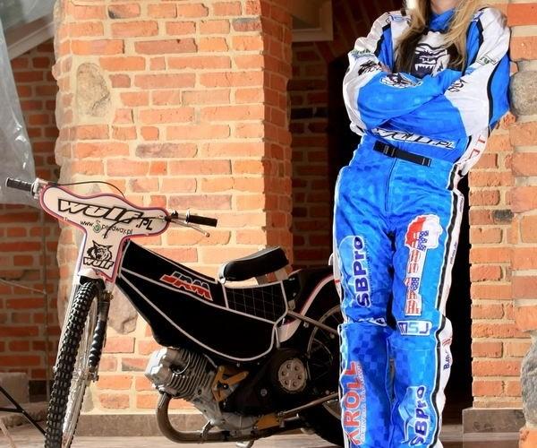 motocykl zuzlowy z laska w tle