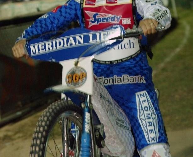 N Pedersen grzeje silnik sego motocykla