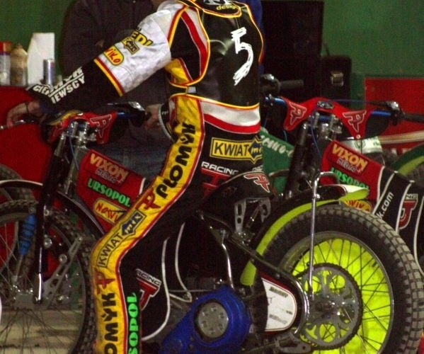 B 10 Tomasz Jedrzejak sprawdza swoj motocykl