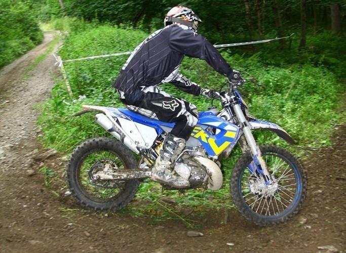 Motocykl enduro w lesie