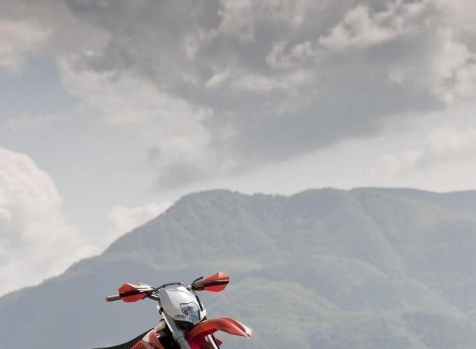 Enduro ktm exc-f 350 2012 na tle gor