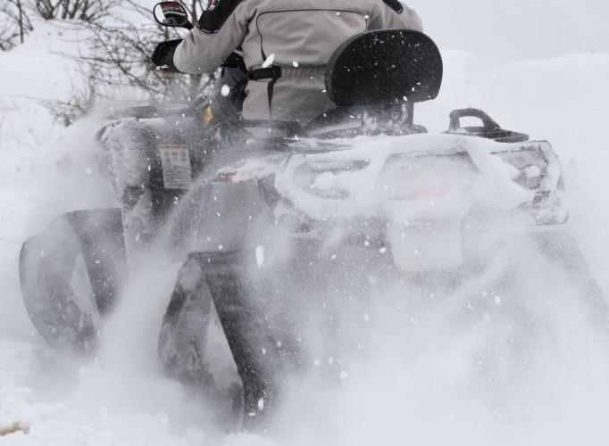 snieg zima jazda quadem po sniegu gasienice BRP