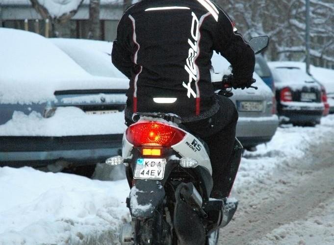 Zasniezona ulica skuter