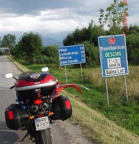 Motocykl na wjezdzie na Transforgarska trase,NieCierpliwie czekal..