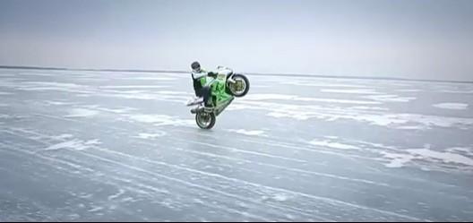 wheelie na lodzie z