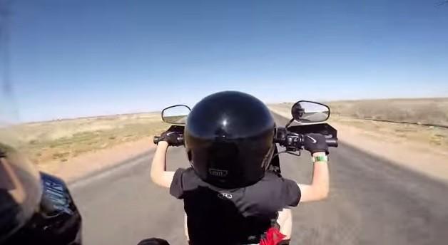 szesciolatek prowadzi motocykl z
